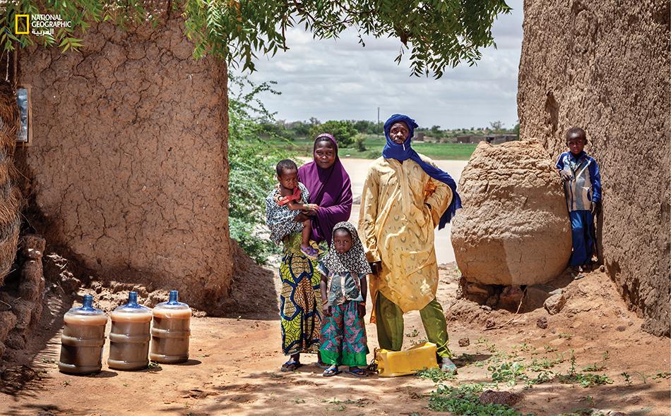 أسرة تستهلك 60 ليتر من الماء تأخذها من ضفاف نهر النيجر شديد التلوث